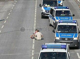 Polizeiautos umfahren Anti-G20-Protest in Hamburg