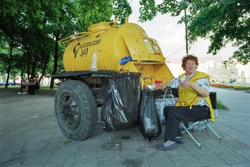 Verkauf vom traditionellen Erfrischungsgetraenk Kwas in Kaliningrad  Russland