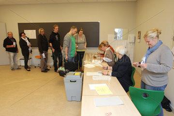 Flensburg  Deutschland  Waehler im Wahllokal anlaesslich der Bundestagswahl 2013