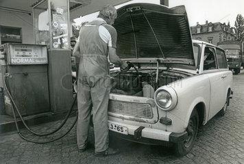 Trabi  tanken an der Tankstelle  Dresden  DDR  1990