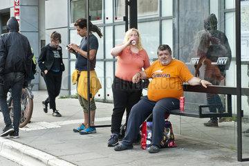 G20 Proteste am Schulterblatt im Schanzenviertel - Schaulustige an einer Bushaltestelle