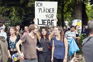 G20 Proteste am Schulterblatt im Schanzenviertel - Frau mit Schild Ich plaediere fuer Liebe