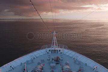 Hamburg  Deutschland  mit einem Schiff auf der Unterelbe