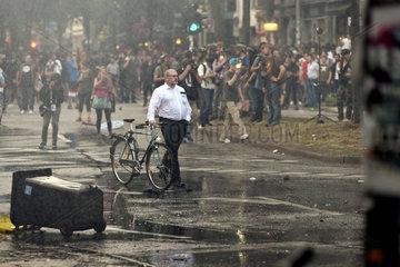 G20 Proteste am Schulterblatt im Schanzenviertel - Mann mit weissem Hemd