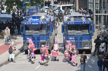 Wasserwerfer und Demonstranten am U-Bahnhof Baumwall