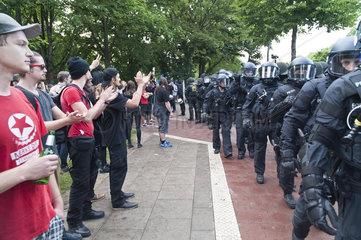 G20 Proteste am Schulterblatt im Schanzenviertel - Polizisten und friedliche Demonstranten