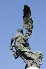 Siegerbronzefigure auf dem Vittorio Emanuele II Bruecke in Rom
