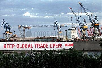 Pro-Globalisierungsbanner im Hamburger Hafen