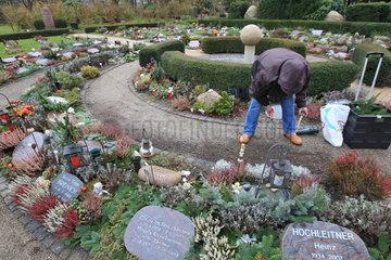 Flensburg  Deutschland  Urnengrabanlage auf dem Flensburger Friedhof Friedenshuegel