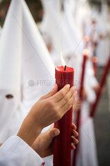 Sevilla  Spanien  Glaeubige mit Kerzen bei der Prozession am Palmsonntag