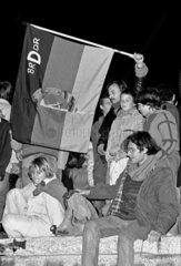Ost- und Westberliner feiern auf der Mauer die Oeffnung der Grenze
