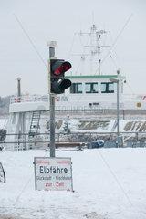 Glueckstadt  Deutschland  Winter am Anleger der Elbfaehre von Glueckstadt nach Wischhafen