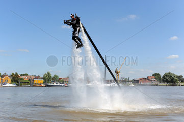 Wewelsfleth  Deutschland  Mitarbeiter der MS Watersports GmbH demonstriert den Jetlev-Flyer