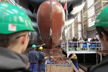 Flensburg  Deutschland  Arbeiter der Flensburger Schiffbaugesellschaft (FSG) begleiten einen Stapellauf