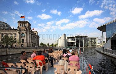 Berlin  Deutschland  Touristen auf einem Ausflugsdampfer besichtigen das Regierungsviertel