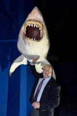 Peter Harry Carstensen mit Weissem Hai im Meereszentrum auf Fehmarn