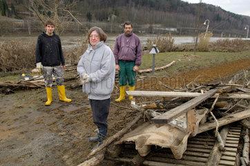 Bad Schandau  Deutschland  ABM-Kraefte bei der Beseitigung der Hochwasserschaeden
