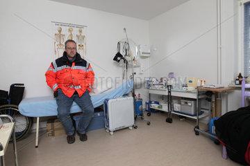 Hallig Hooge  Deutschland  Krankenpfleger Frank Timrott in der Sanitaetsstation auf Hallig Hooge