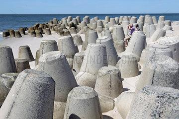Hoernum  Deutschland  Besucher ruhen sich an Tetrapoden am Strand von Hoernum auf Sylt aus