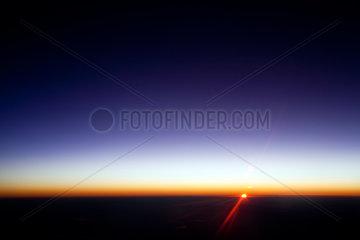 Spanien  Sonnenuntergang durch das Fenster eines Flugzeuges gesehen