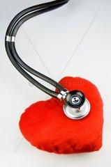 Stethoskop hoert ein Stoffherz ab -