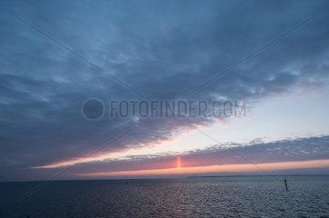 Dagebuell  Deutschland  Lichtsaeule beim Sonnenuntergang