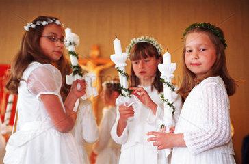 Maedchen bei der Erstkommunion  Niedersachsen