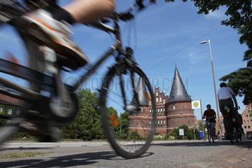 Luebeck  Deutschland  Fahrradfahrer in der Luebecker Altstadt