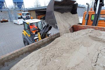 Schleswig  Deutschland  Gemisch aus Streusalz und Sand