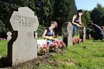 Flensburg  Deutschland  Aktion -Arbeit fuer den Frieden- auf einem Soldatenfriedhof
