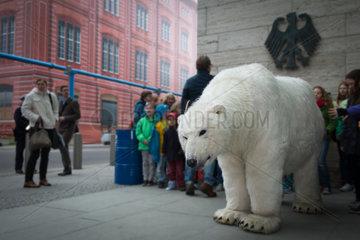 Berlin  Deutschland  Kinder nach einer Unterschriftensammlung beim Auswaertigen Amt