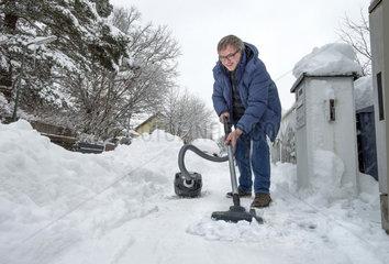 Schneeraeumen mit dem Staubsauger  Humor