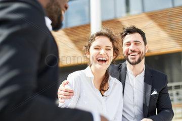 Business Frau und ein Kollege lachen gluecklich