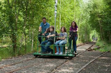 Marne  Deutschland  Touristen unterwegs mit der Draisinenbahn