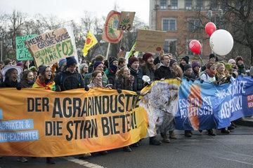 Berlin  Deutschland  Menschen protestieren mit Transparenten bei der Demo - Wir haben es satt!
