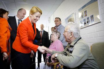 BMin Giffey besucht Seniorenzentrum