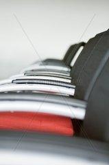Stuhlreihen in einem Konferenzraum -