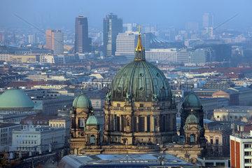 Berlin  Deutschland  Stadtansicht mit Berliner Dom und Potsdamer Platz im Hintergrund