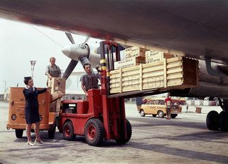 Berlin  DDR  Flugzeug der Interflug wird beladen