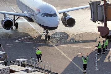 Berlin  Deutschland  Ramp Agent weist ein Flugzeug der British Airways auf dem Vorfeld des Flughafen Berlin-Tegel in die Parkposition ein