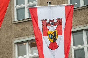 Berlin  Deutschland  Flagge mit dem Wappen des Stadtbezirks Berlin-Mitte vor dem Rathaus Tiergarten