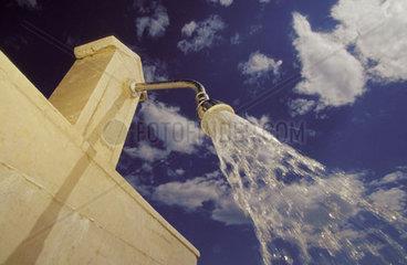 Unter blauem Himmel duschen