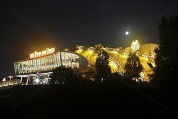 Musical-Theater am Hamburger Hafen bei Nacht  Koenig der Loewen
