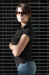 Berlin  junge Frau mit Sonnenbrille in kaempferischer Pose