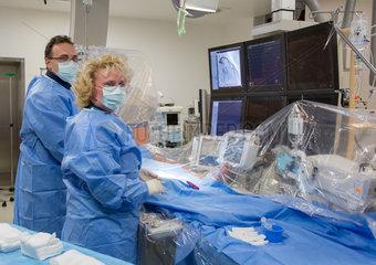 Aerzte bei einem Eingriff mit einem Herzkatheter