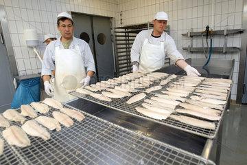 Eckernfoerde  Deutschland  Makrelen werden zum Raeuchern vorbereitet