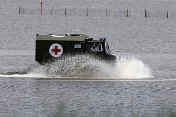 Cuxhaven  Deutschland  Krankenwagen der Bundeswehr faehrt bei Niedrigwasser durch die Nordsee