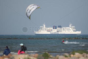 Fehmarn  Deutschland  Kitesurfer vor dem Faehrschiff FMS -Princess Benedikte-