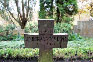 Flensburg  Deutschland  Grabkreuz fuer ein unbekanntes Kind