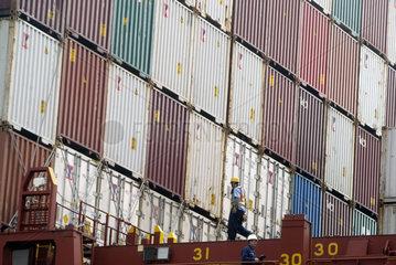 China  Containerschiff mit Hilfslieferung fuer Taiwan